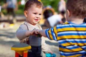 Должен ли ребёнок делиться игрушками
